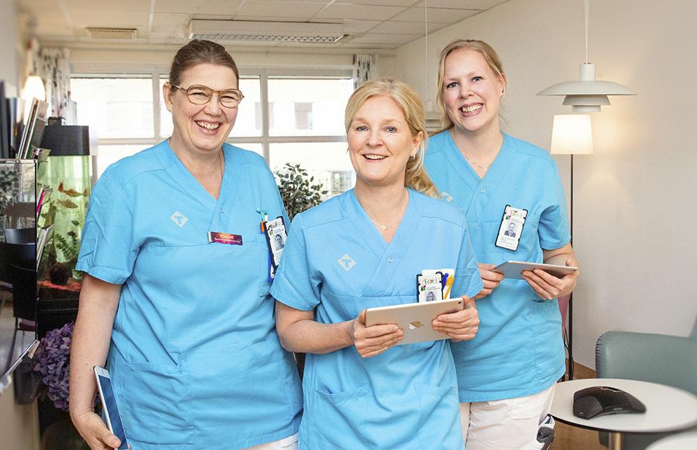 Liselott Svanberg, Ann-Louise Breider och Emmie Haraldsson, sjuksköterskor på infektionskliniken vid lasarettet i Växjö. Foto: Martina Wärenfeldt
