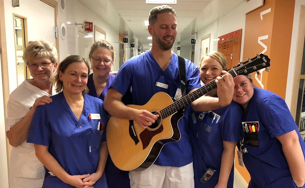 Sjuksköterskan och avdelningschefen Joakim Blomberg planerar att allt oftare ta med sig gitarren till jobbet.