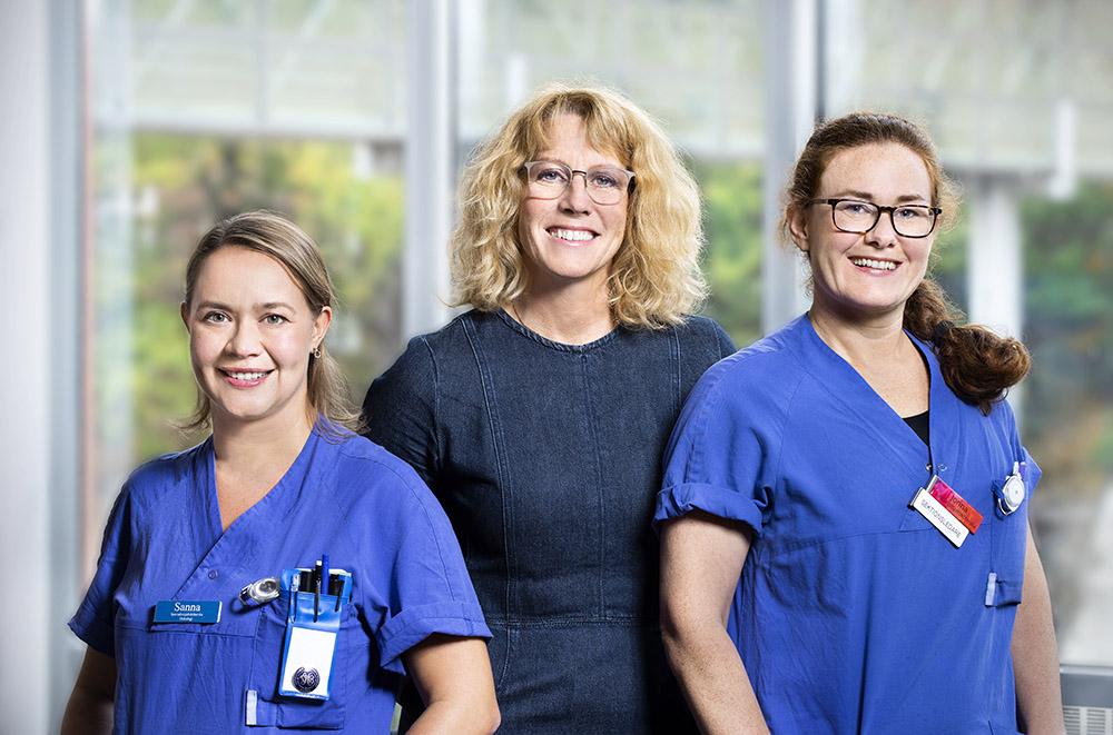 Sofie Jakobsson (mitten), sjuksköterska och universitetslektor vid institutionen för vårdvetenskap och hälsa, här tillsammans med Sanna Ewards och Jonna Johansson, specialistsjuksköterskor inom Verksamhet Onkologi på Sahlgrenska universitetssjukhuset. Foto: Lisa Jabar