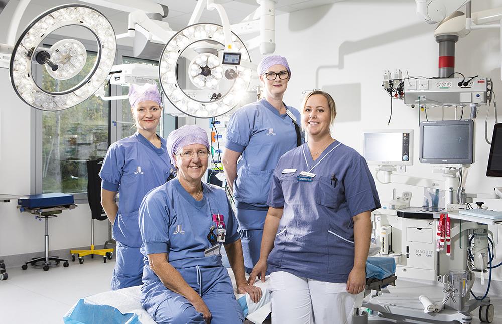Esther Gustavsson, operationssjuksköterska, Carin Viklund, specialistsjuksköterska i anestesi, Jeanette Bergkvist-Jansson, anestesisjuksköterska och Jennika Lind, specialistsjuksköterska i anestesi på PMI i Huddinge. Foto: Johan Marklund