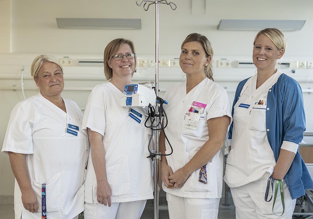 Ann-Louise Hammarsten och Sara Johansson, sjuksköterskor på Medicinska behandlingsavdelningen på Nyköpings lasarett och Linda Ed, sjuksköterska och vårdledare och Therese Alpe, sjuksköterska och vårdutvecklare på MIMA. Foto: Janne Höglund