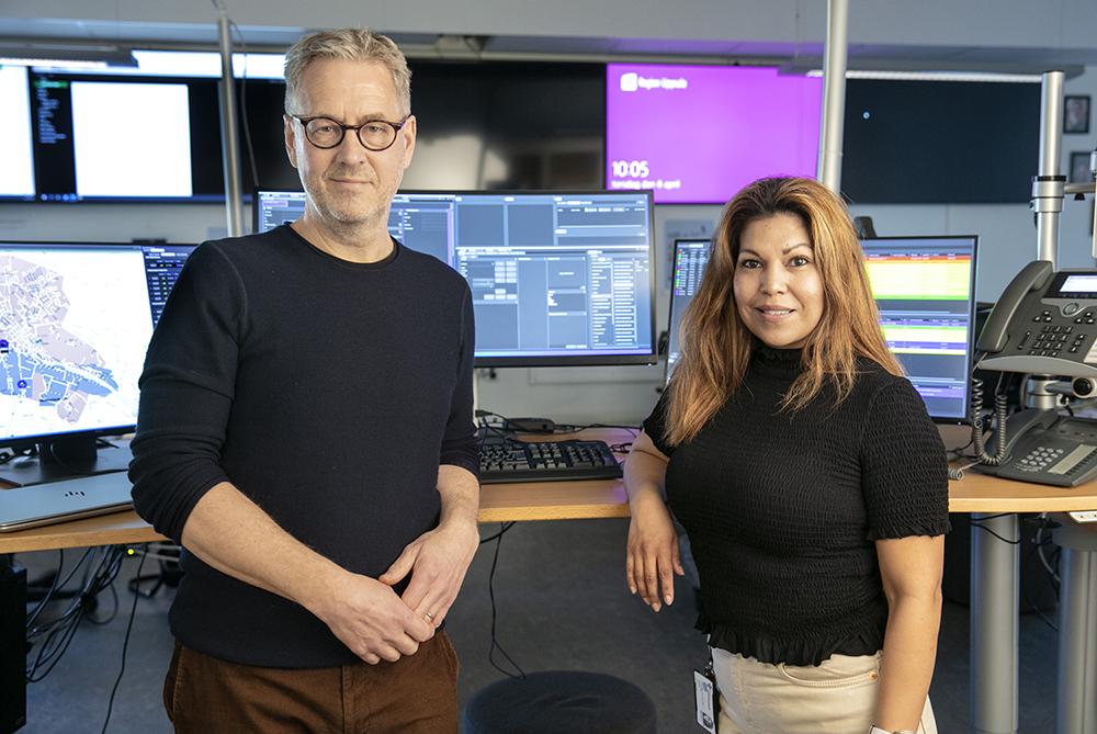 Hans Blomberg, medicinskt ledningsansvarig läkare och Cristina Hedlund, ambulanssjuksköterska och larmoperatör. Foto: Per Groth