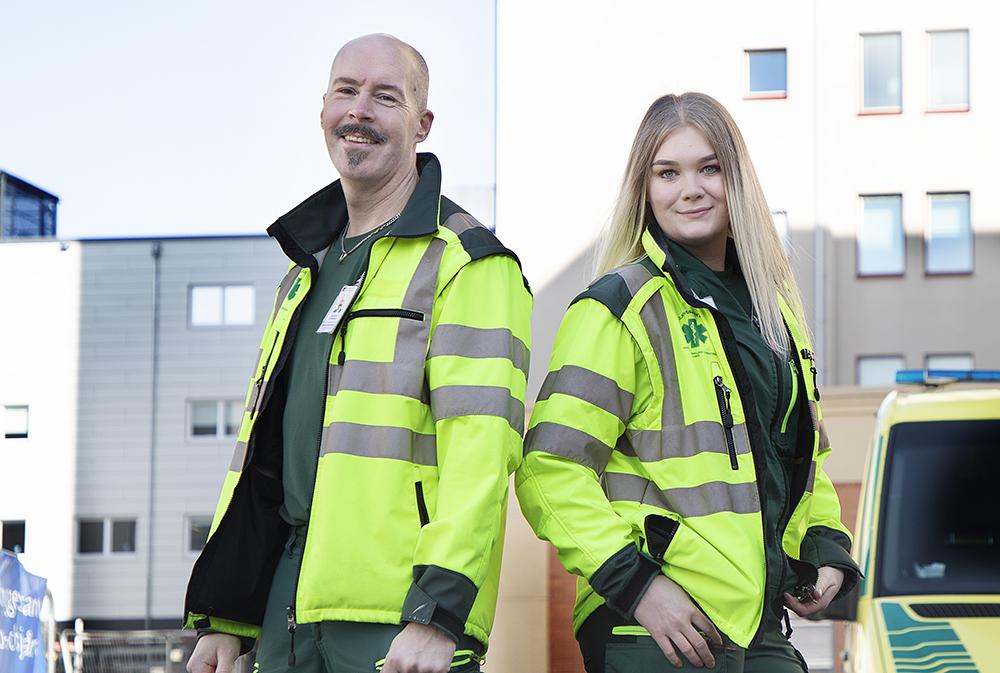 Kristofer Östensson och Linnéa Granlund, ambulanssjuksköterskor inom Ambulanssjukvården Västerbotten. Foto: Lena Lee